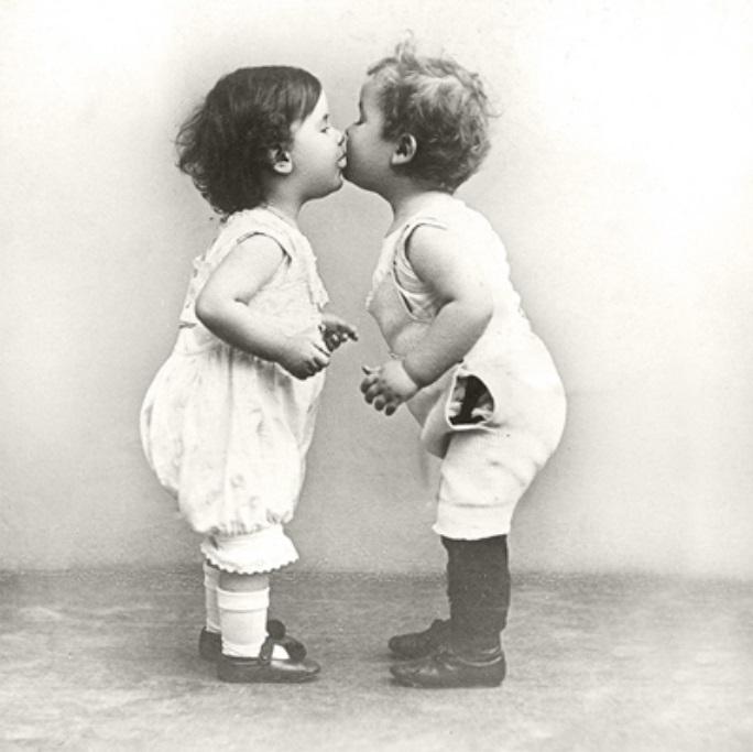 Днем рождения, открытки с детьми поцелуй