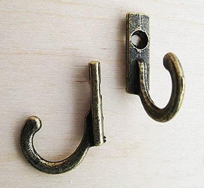 Декоративый маленький крючок античная  бронза